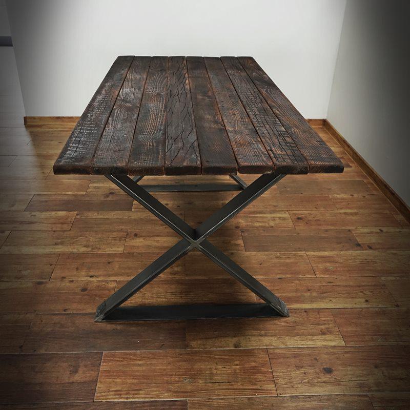 Bordsben X monterade på brun plank-borskiva